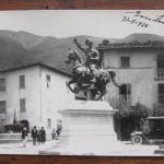 Fig. 01 – Monumento a Francesco Ferrucci, Gavinana; cartolina postale con data di posa del monumento e firma dello scultore sul recto, 1920 (Biblioteca Civica Forteguerriana, Pistoia).