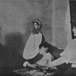 "Fig. 12 – Fotografia di sedute di Lina [Linda Gazzera] col dottor Imoda, fotografia del dottor Imoda, (tratta da: Cesare Lombroso, ""Ricerche sui fenomeni ipnotici e spiritici"", Utet, Torino 1909, p. 214; Biblioteca comunale teresiana, Mantova)"