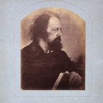 "Fig. 12 – Julia Margaret Cameron, «Ritratto di Alfred Tennyson», stampa all'albumina, 23,3 x 18,3 cm.; appunto manoscritto dello scrittore: «I prefer the dirty monk to the others of me» (London, National Portrait Gallery). Ritratto utilizzato nel frontespizio di ""Alfred Tennyson's Idylls of the King and Other Poems Illustrated by Julia Margaret Cameron"", Henry S. King, London 1874."