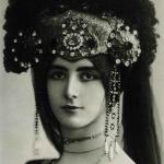 Fig. 3 – Léopold Reutlinger, Cléo vestita per il balletto Les Danses Javanaises, fotografia, 1899 (collezione privata)