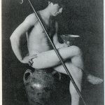 Fig. 09. Fred Holland Day, «Nude youth in studio, with shepherd's crook, seated on urn», stampa al platino, 1896 circa (Library of Congress, Washington, DC)