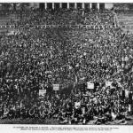 Fig. 23. Studio fotografico Rinaldi e Pacchioni, «Lo sciopero dei muratori a Milano. Gruppo degli scioperanti davanti al Pulvinare dell'Arena», 1901