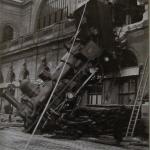 Fig. 01 «Accident à la gare de Montparnasse» (Anonimo, cartolina da fotografia, Parigi, 22 octobre 1895).
